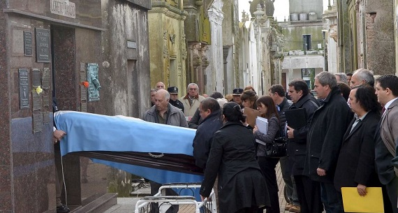 Fangio exhumed to decide civil lawsuit