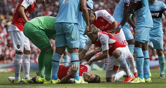 Olivier Giroud knocked out in Arsenal v West Ham
